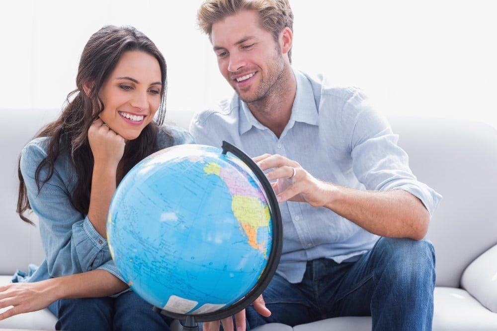 Par der kigger på en globus